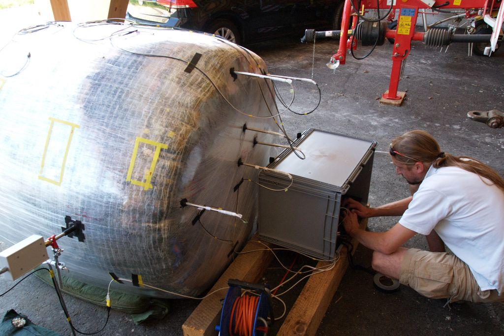 Ein Ballen Grassilage, der an verschiedenen Positionen und in verschiedenen Einstichtiefen mit optochemischen Sauerstoffsensoren versehen wurde, um die Dynamik der Sauerstoffveratmung durch Gärprozesse zeitlich und räumlich verfogen zu können.