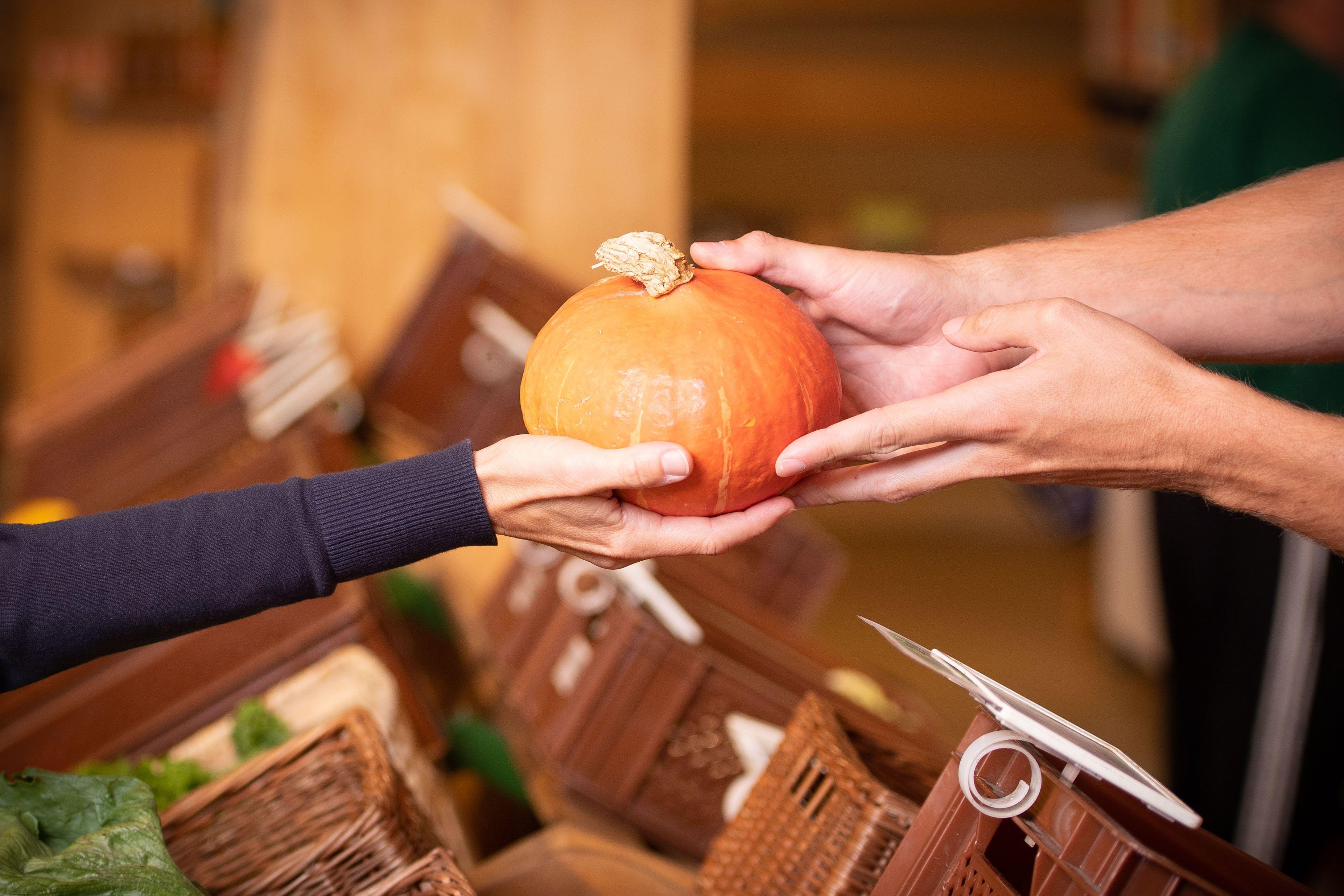 Übergabe von Ware auf einem Bauernmarkt