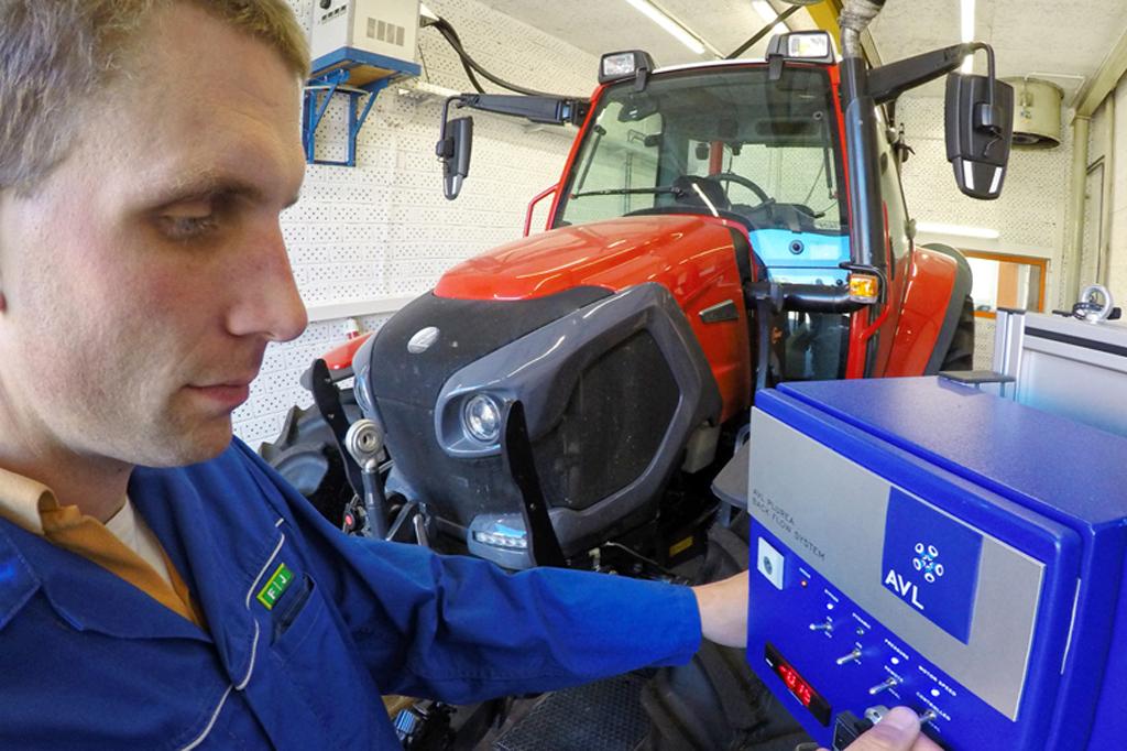 Traktor am Motorenprüfstand von FJ-BLT Wieselburg. Fabrikat des Traktors: Lindner. Am Messgerät zur Messung des Ad-Blue Verbrauches werden vom Leiter des Motorenprüfstandes Ing. Fussel Einstellungen vorgenommen. Das Messgerät ist von AVL.