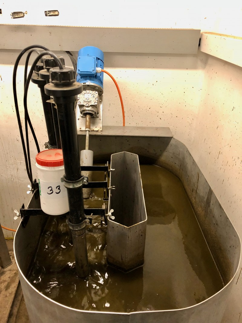 Versuchsgüllebehälter mit Rührwerk und Messonden für Temperatur, elektrischer Leitfähigkeit, pH-Wert und Redox-Potential